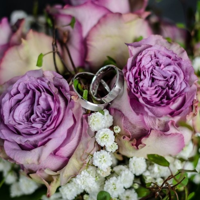 ¿Por qué lanzamos el ramo de novia en las bodas?