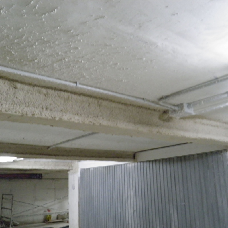 Protección de vigas de refuerzo estructural con mortero proyectado de vermiculita.