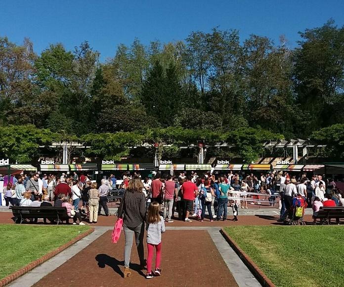 Vista panorámica de los stands del vino y los comercios expositores
