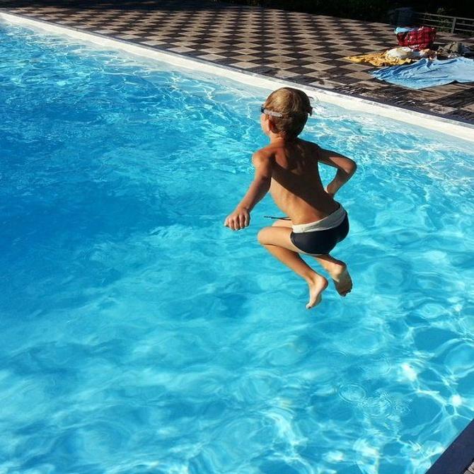 Beneficios y precauciones de las piscinas con niños
