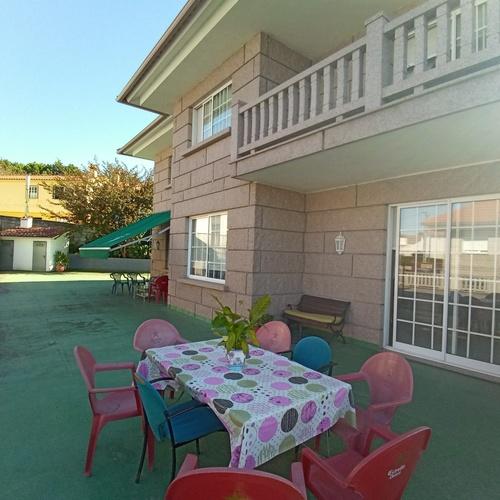 Centro de atención a la tercera edad con terraza exterior. El mejor entorno para el bienestar de nuestros mayores