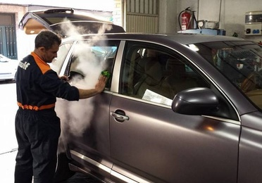 Limpieza del automóvil a mano y a vapor