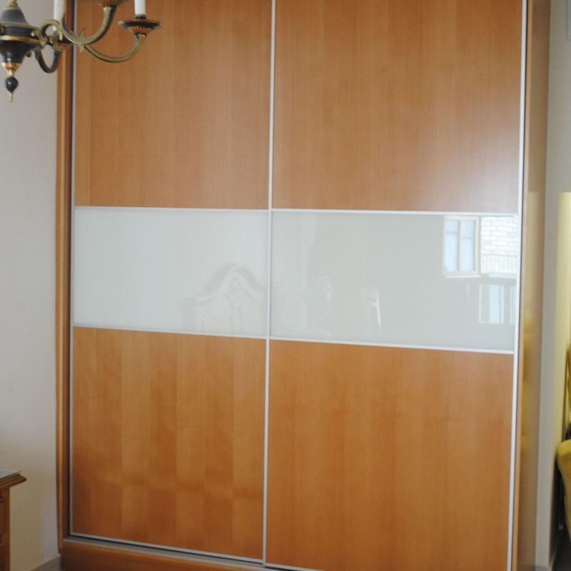 armario empotrado puertas correderas, rechapado haya con tinte tono cerezo  y cristal lacobel griss