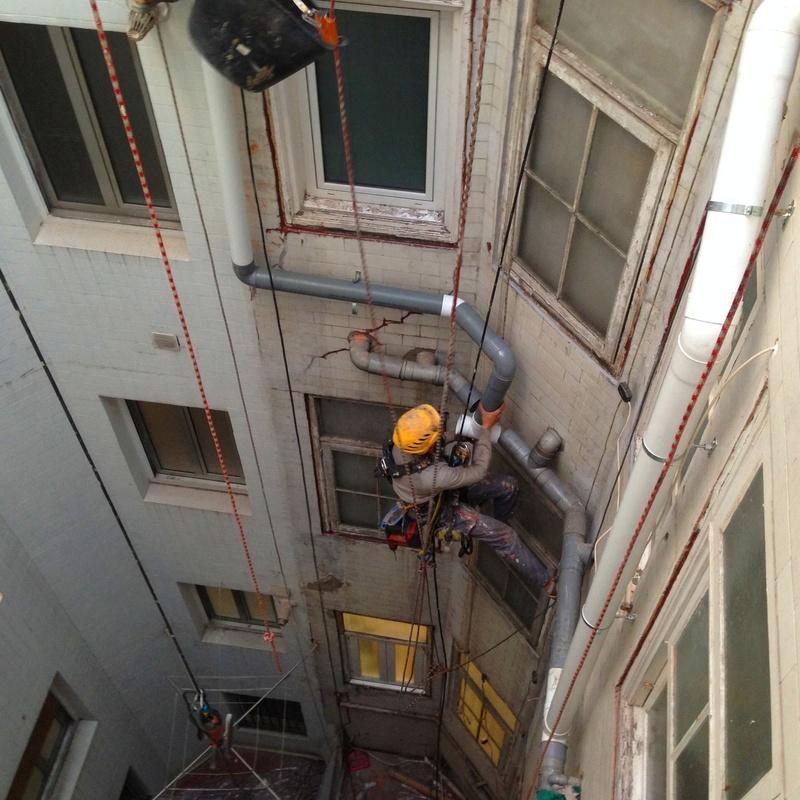 Instalación de bajantes de PVC y canaletas para antenas.