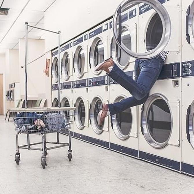 Lavar la ropa de trabajo en una lavandería industrial