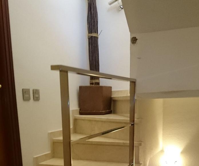 Barandilla de acero inoxidable sencilla diseñada a medida y montada en chalet.