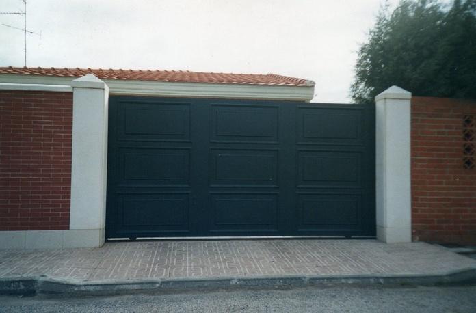 Puerta corredera con cuarterones