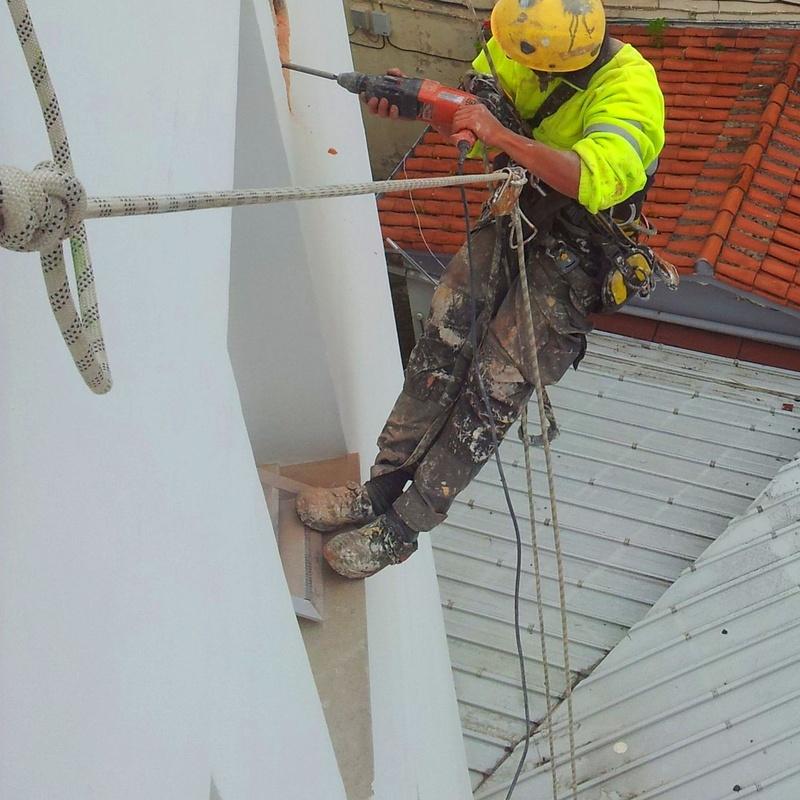 Reparación de fachadas con trabajos verticales en Santander.