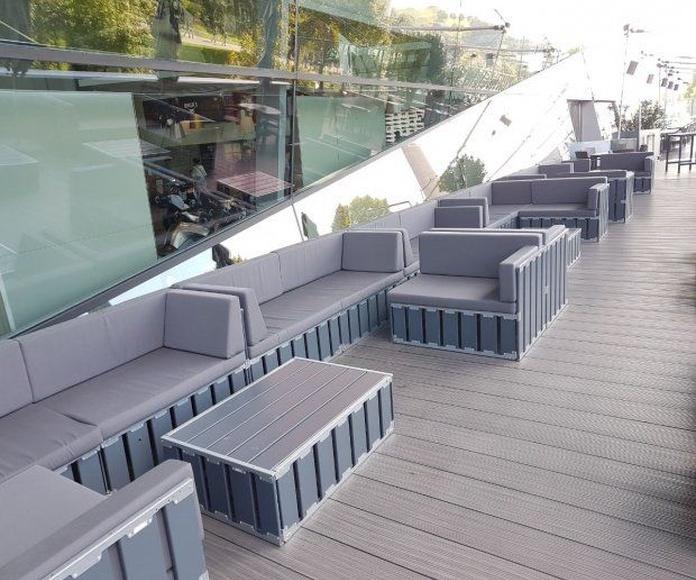 Sofá modulable en madera gris: Alquiler de Mantelería & Menaje