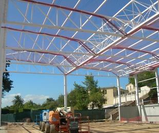 Estructura metálica del pabellón, Escola Pere Vergés (Badalona)