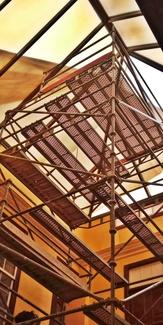 Torre auto estable con andamio multidireccional. Patio interior de la Fundación Canaria Historia de la Ciencia.