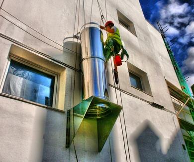 Instalación de tubos de extracción y salidas de humos en Torrelavega-Santander.