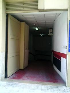 Puerta Batiente Automática Comunitaria Oculta en la Fachada