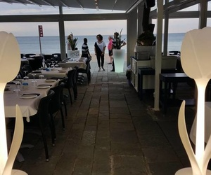 Restaurante ubicado en la playa, con un ambiente familiar y distendido