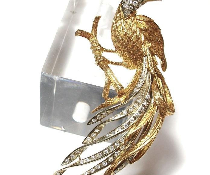 Broche con forma de ave en oro con brillantes. Circa: 1970.: Catálogo de Antigua Joyeros