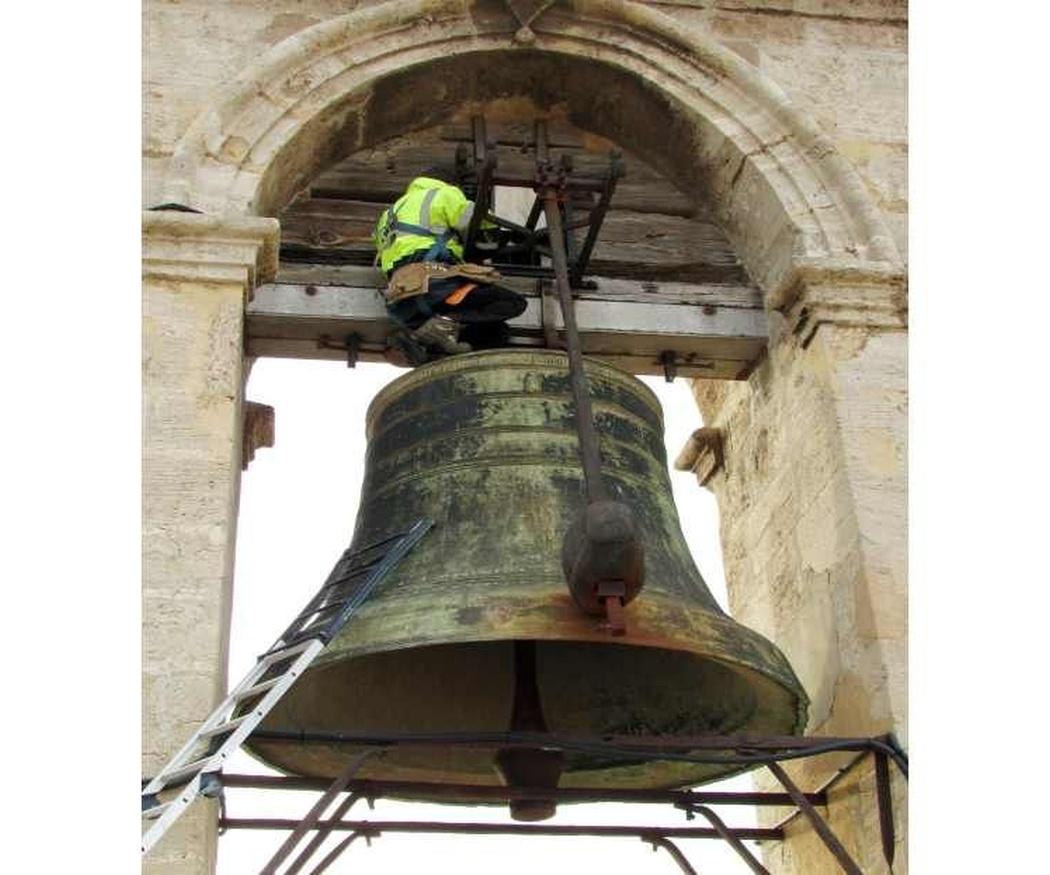 ¿Cómo se repara una campana de iglesia?