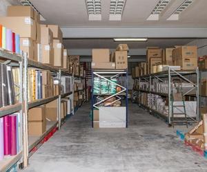 Amplia nave con papel de embalaje para comercios