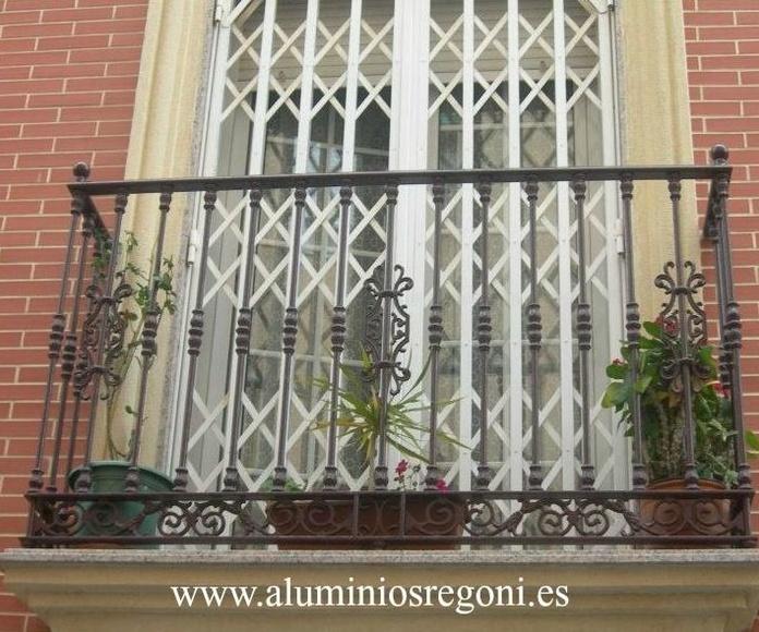 Balcón de hierro con macollas y solera