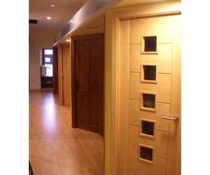 Exposición de puertas y armarios