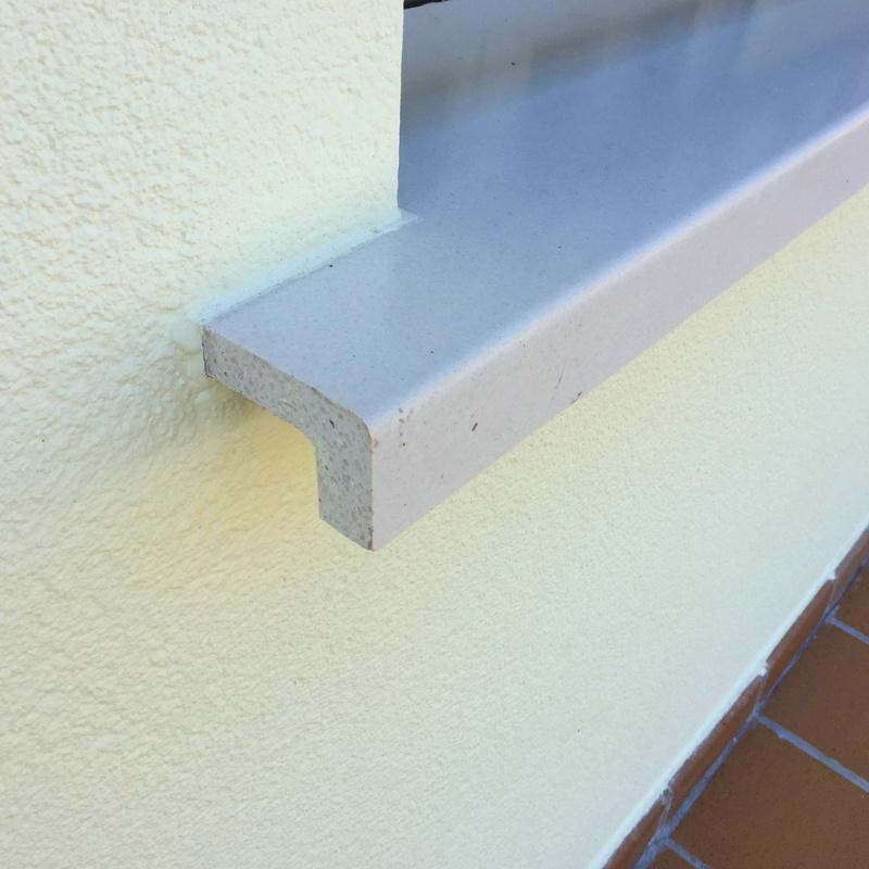 Colocación de vierteaguas de hormigón polímero.