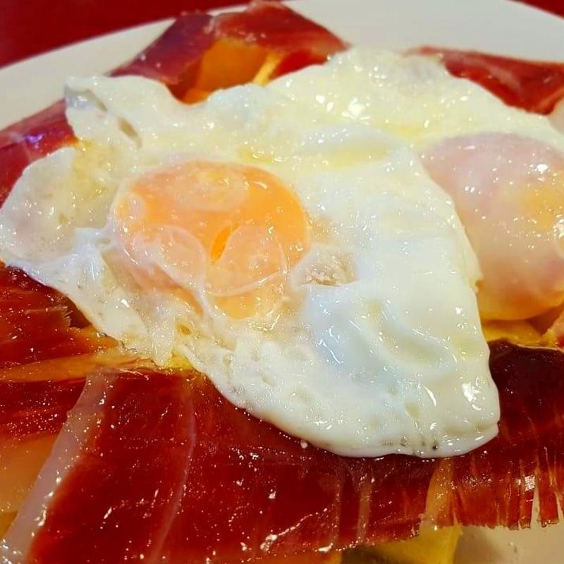 Huevs rotos con jamón ibérico: Carta de Bar Restaurante Doña Elena