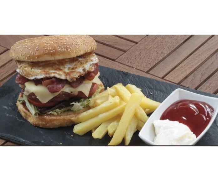 Sándwich, hamburguesas: Especialidades y platos  de Restaurante Charrito