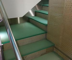 Zócalos de acero inoxidable diseñados  y montados para escalera de vidrio.