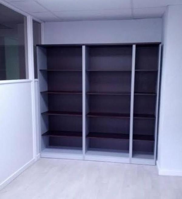 Composición de armarios altos con estantes en Wengué/Aluminio. 2 metros ancho.