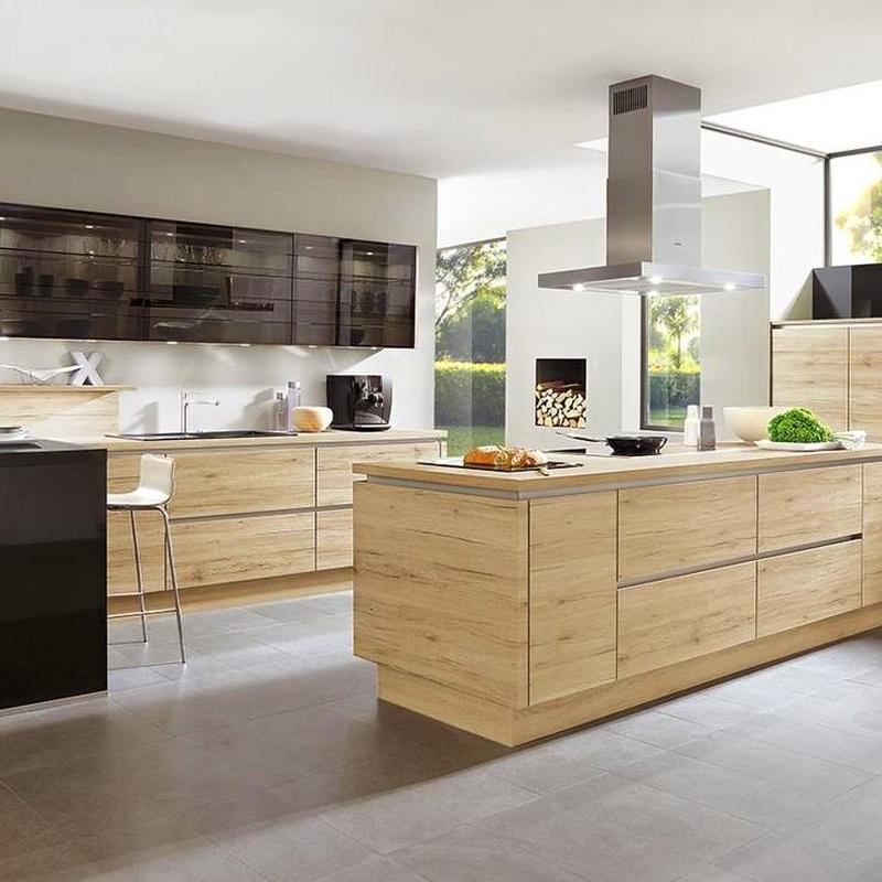 Reforma de cocina con isla, colores madera