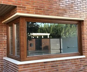 Instalación de cerramiento de PVC en roble y blanco en Zaragoza
