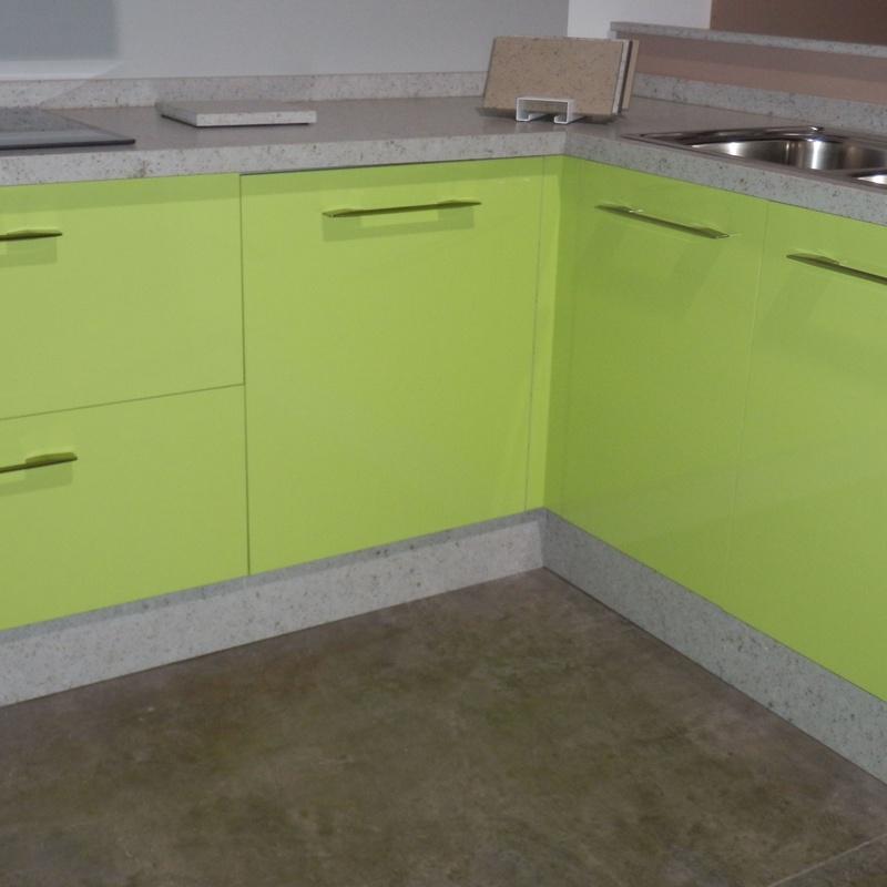 Cocina en L con puertas alto brillo verde con encimera Compac