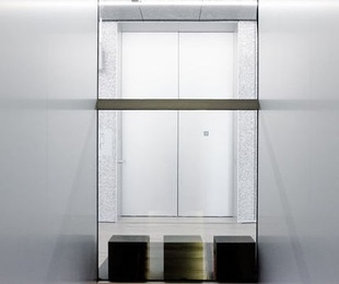 ¿Puedo usar el ascensor para transportar materiales de obras?