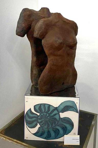 Escultura en terracota patinada sobre base de cobre y grabados en la base. Colección particular.