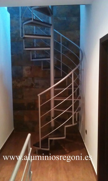 Escalera de caracol con escalón de madera