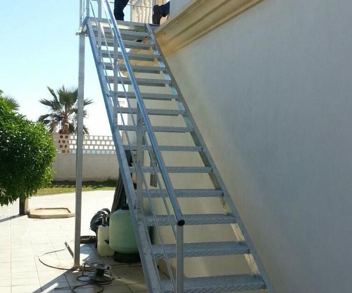 Escalera de hierro galvanizado en caliente con escalón de chapa estriada