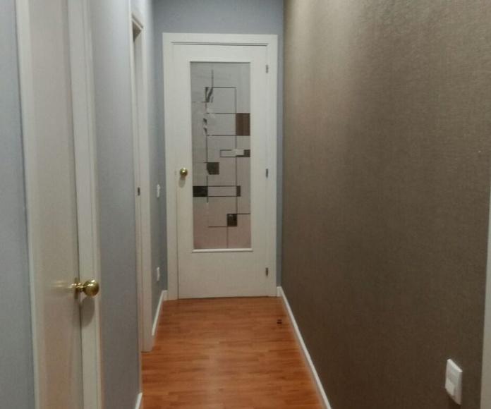 Combinación de colores y tecturas en pasillo estrecho y alargado.