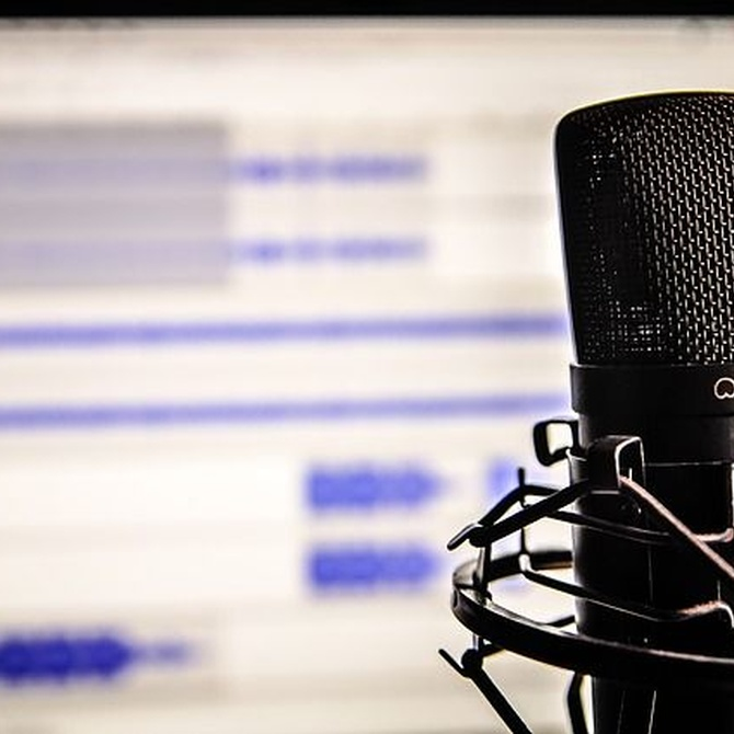 Aprovecha el tiempo mientras conduces: escucha podcasts