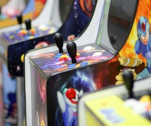 Máquinas arcade de diferentes modelos y tamaños