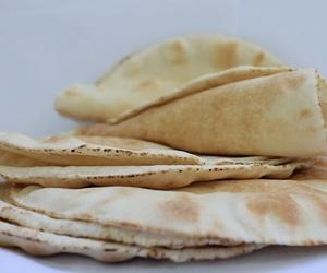 Fabricación de pan de pita libanés artesanal en Valencia