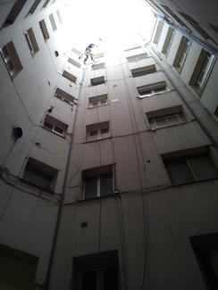 Instalación climatización mediante trabajos verticales