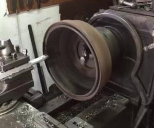 Mecanizado de tambor de freno en torno.