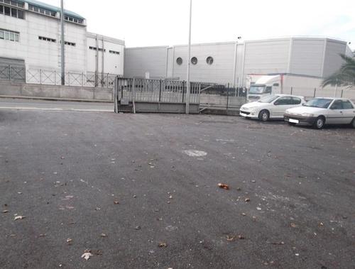 Amplio parking privado. Vista desde la entrada del taller