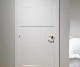 Oferta en puerta lacada blanca ranurada maciza