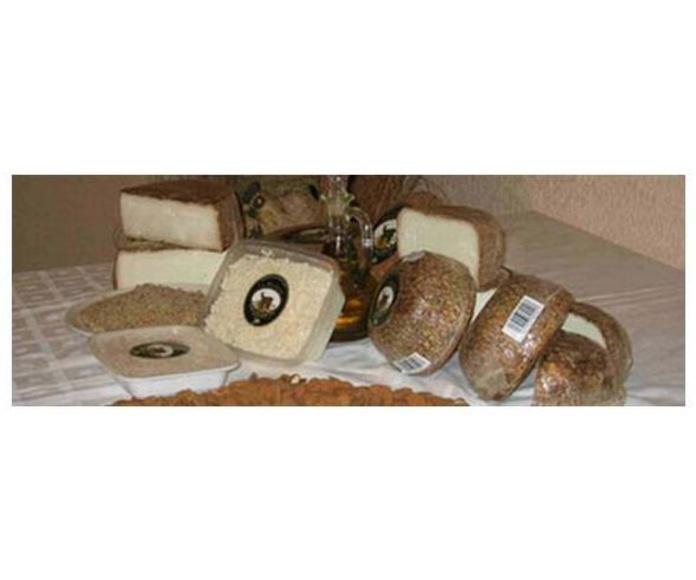 Queso de Cabra Curado a la Almendra: Quesos de La Yerbera