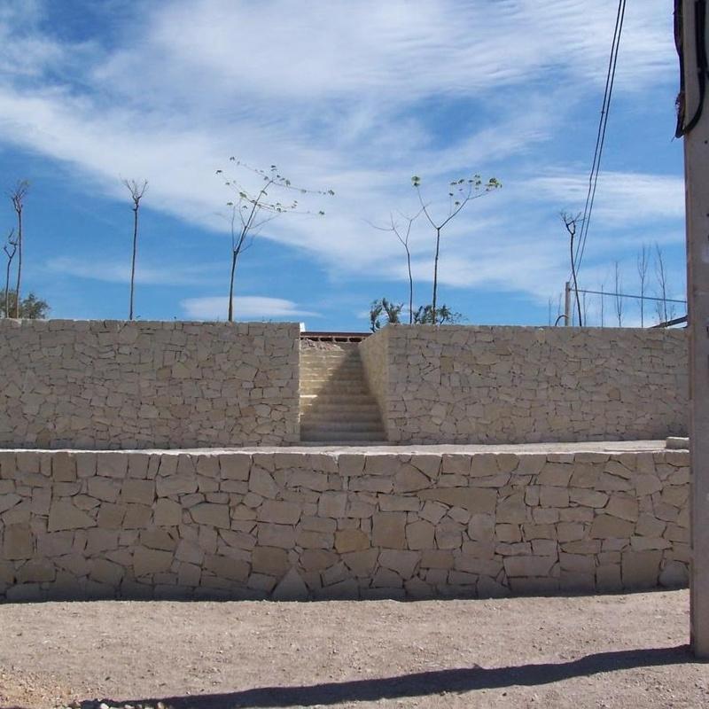Muro y escalera en piedra blanca de Novelda (Almorqui)