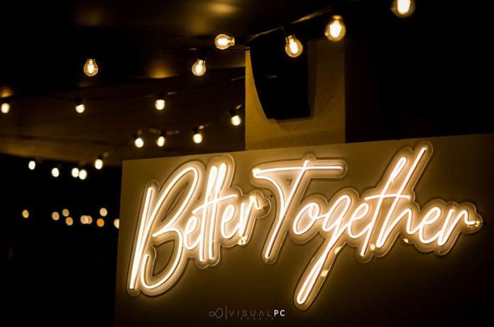 Neón Better Together: Decoración de eventos de DeMadera Chic