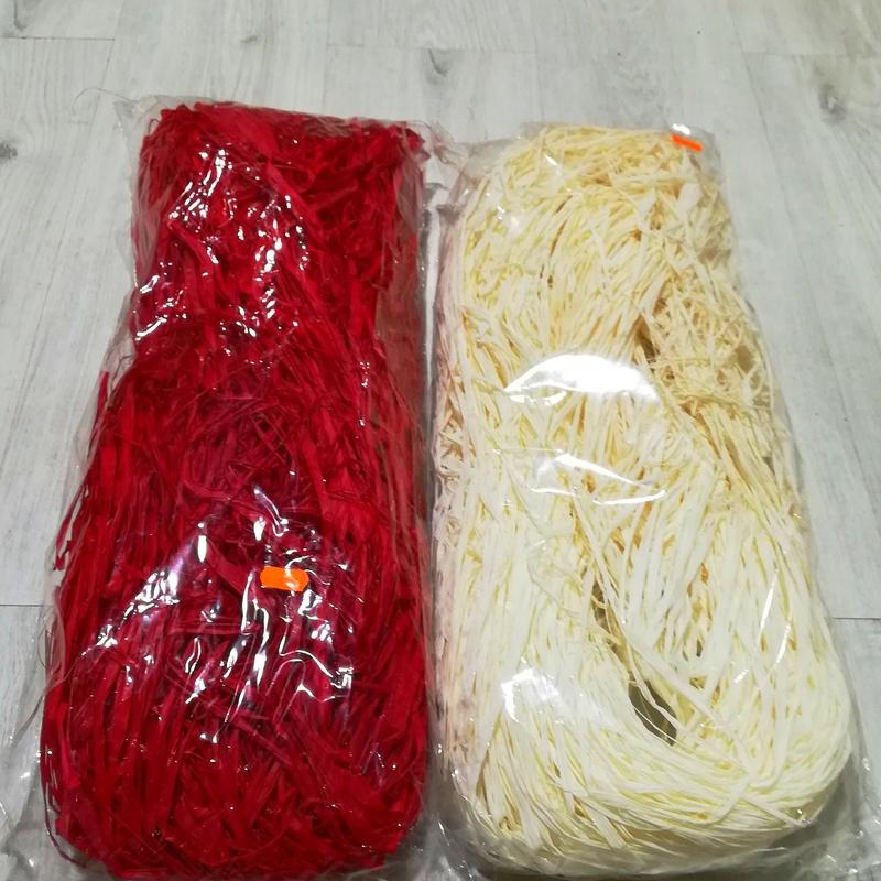 PQTE. de rafia natural teñida. COLOR: Rojo y Blanco PRECIO: 5,95 €