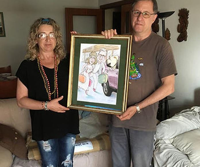 Caricatura con marco para una boda de pareja con ganas de hacer una buena escapada