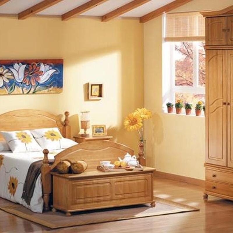 Dormitorio en pino macizo con un gran armario con altillo.
