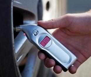 ¿Por qué revisar la presión de los neumáticos con regularidad?